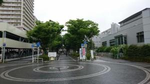 梅雨の駅前広場4