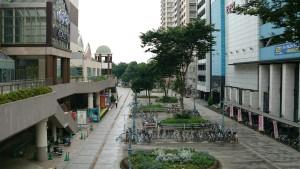 梅雨の駅前広場